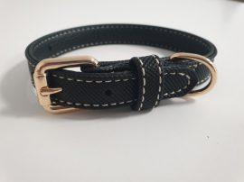 Feket színű, finoman varrott oldalú nyakörv elegáns fém csattal, 1.5cmx25-31cm