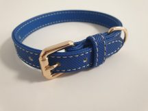 Kék színű, finoman varrott oldalú nyakörv elegáns fém csattal, 1.5cmx25-31cm